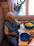 Oma Inge (91) beim Kartoffelschneiden