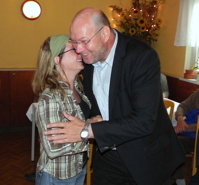 Tuscheln mit Kuschel: Stadtvorsitzende Sabine Berninger gratulierte als Erste