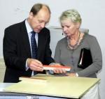 Geschäftsführer Matthias Heinemann mit Angelika Stiel, Leiterin des Arnstädter Stadtratsbüros