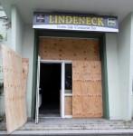 """Nur für die Feuerwehr wurde vor einiger Zeit die vernagelte Tür des """"Lindeneck""""  wieder geöffnet. Der Bauausschuss musste durch die Hintertür hinein - im Dunkeln."""