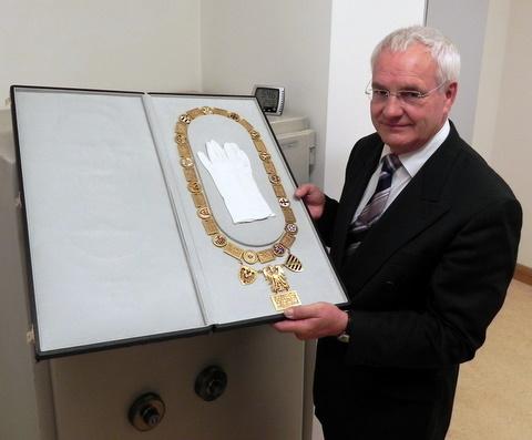 Bürgermeister Köllmer mit Amtskette