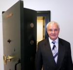 Bürgermeister Köllmer vor der massiven Tresortür