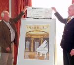 Gerd Walther vom Altstadtkreis (l.) übergibt 2011 einen Spendenscheck für den Rathaus-Flügel an Christian Köllmer