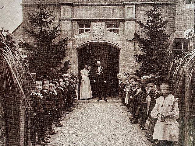 Eröffnung der Schule, vor der Tür Bürgermeister Bielfeld mit Amtskette. Quelle: Schlossmuseum